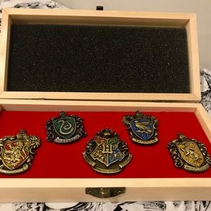 ✨✨✨Harry Potter's Wooden Box with 5 Badges✨✨✨